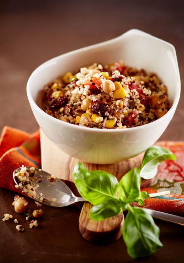 Quinoa Bowl in weißer Schale