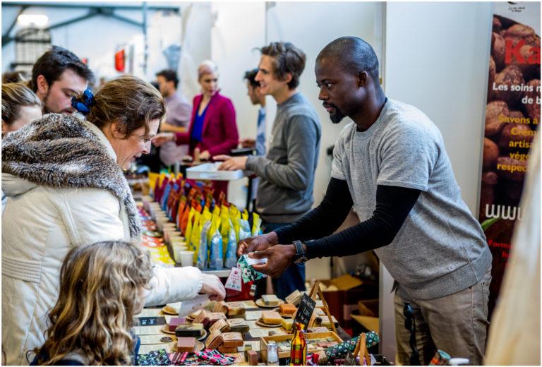 Mann, der vegane Kosmetik verkauft auf der VeggieWorld Brüssel