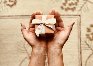 Kleines Geschenk in zwei Händen