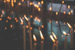 Kerzen in Dunkelheit