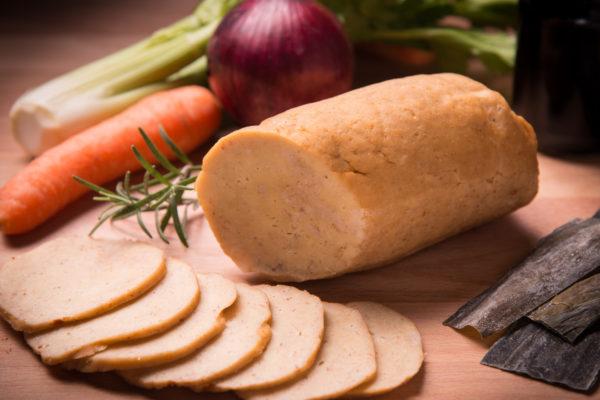 Fleischersatz aus Seitan neben Gemüse