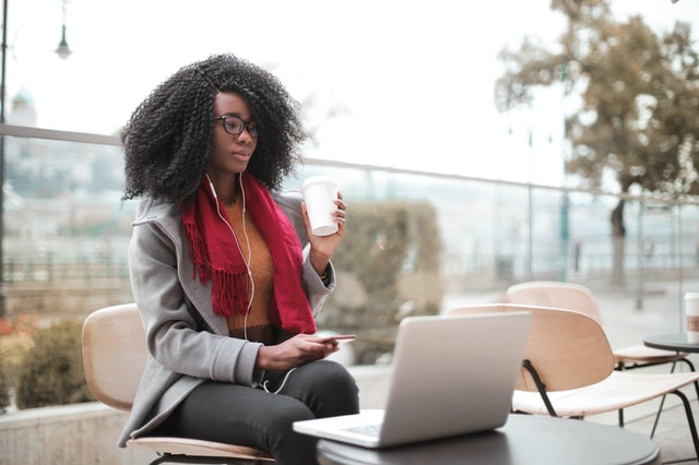 Frau, die vor einem Laptop im Tageslicht sitzt