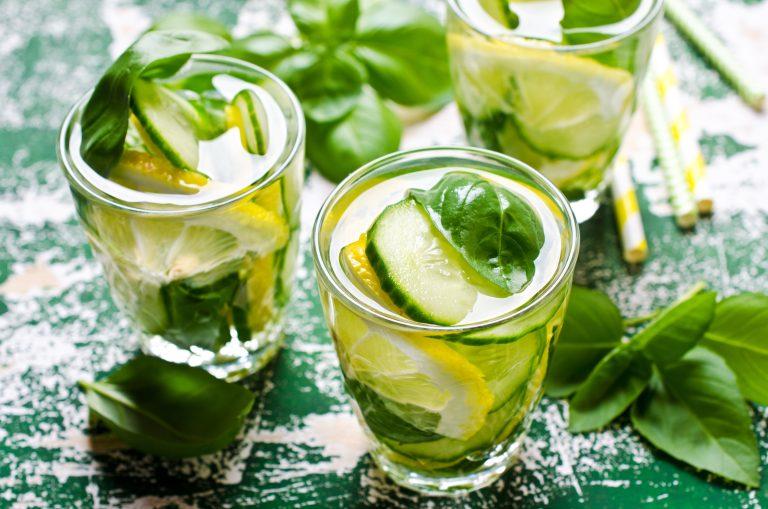 Vegane Getränke: Erfrischende klare Getränke mit Zitrone und Basilikum