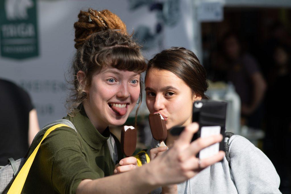 Zwei junge Frauen machen ein Selfie auf der VeggieWorld Berlin