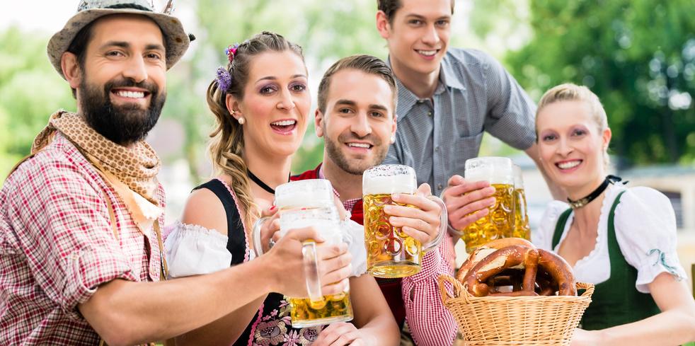 Veganer Biergarten: Friends in Bavarian beer garden drinking in summer