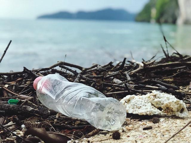 Plastikflascha am Strand: Symbolbild ZeroWaste