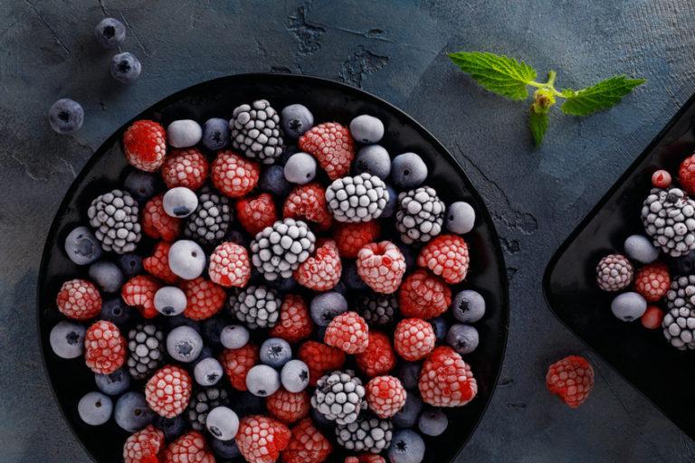 Superfood Beeren: Große Schale mit Blau- und Himbeeren