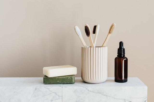 Set von Zero-Waste-Badprodukten auf Marmor Ablage