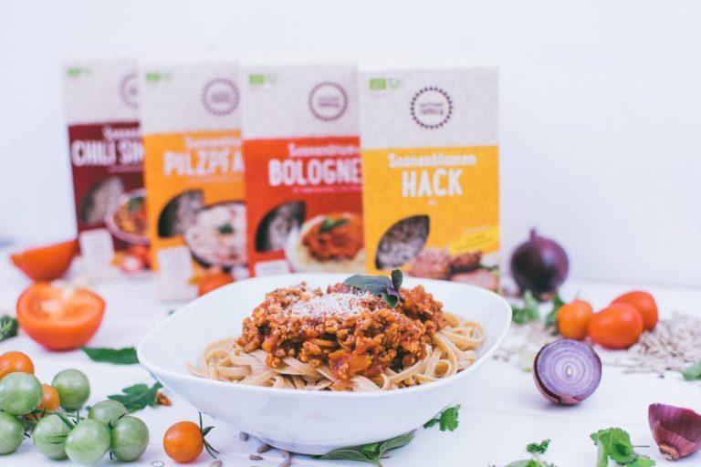 Teller mit Nudeln Bolognese im Hintergrund Produkte