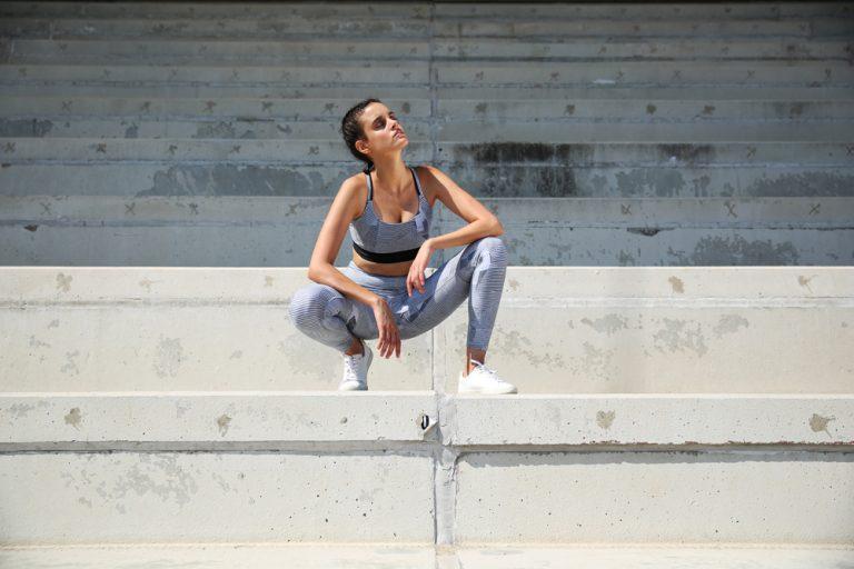 Sportliches Model in Sportkleidung in urbaner Umgebung
