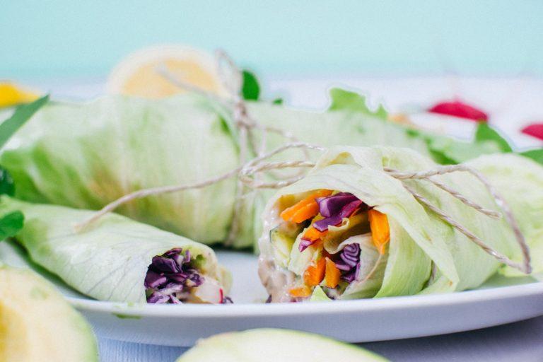 Veganer Salatwarp auf weißem Teller