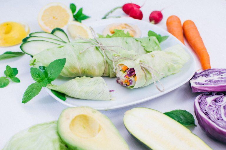Salat-Wraps neben buntem Gemüse
