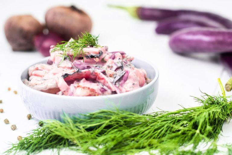 Veganer Heringssalat neben Dill