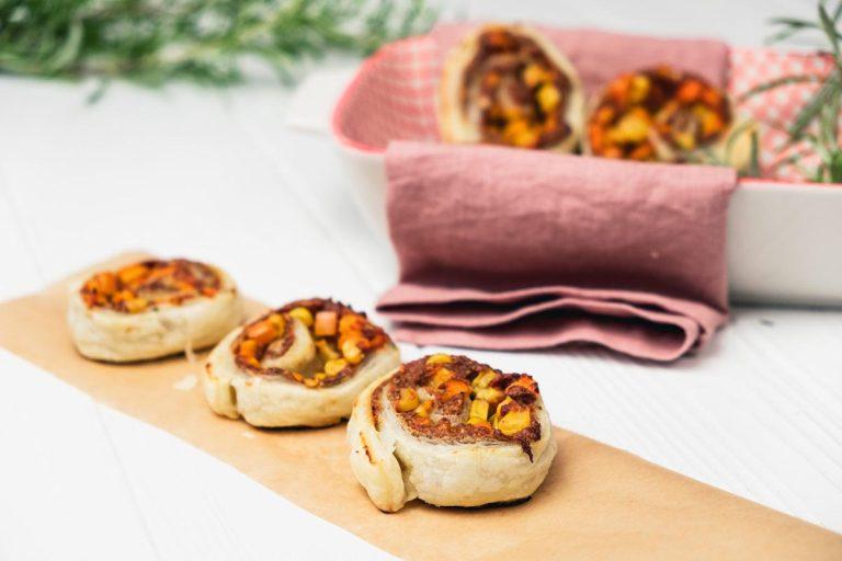 Vegane Pizzaschnecken auf Holzbrett
