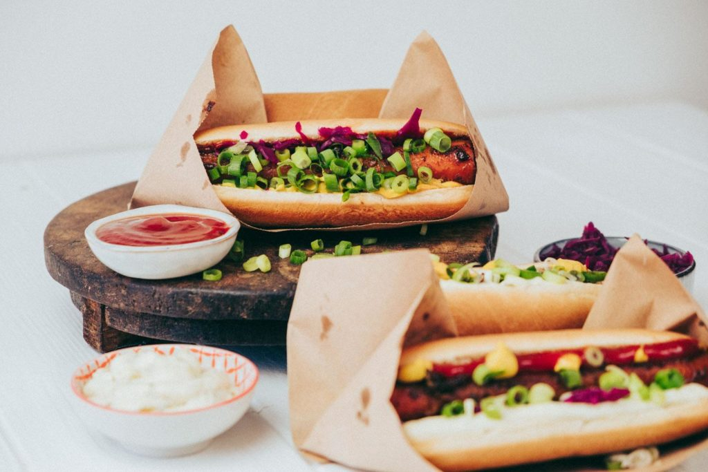 Vegane Hotdogs mit Ketchup und Mayonnaise