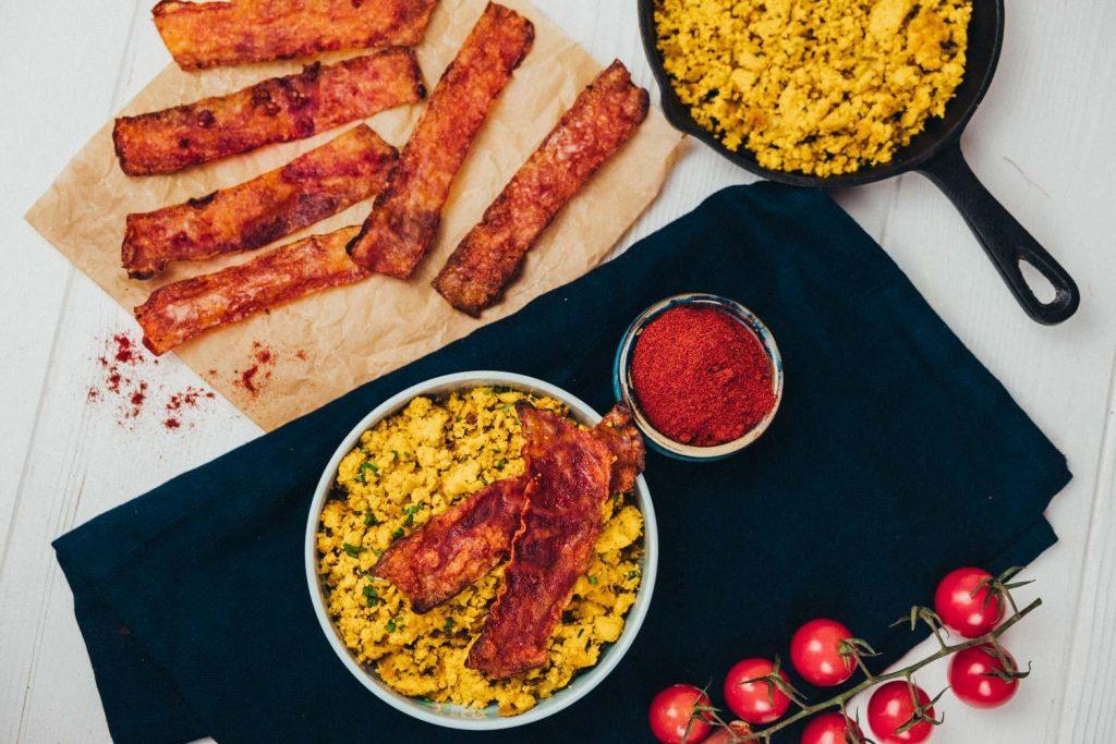 Veganer Rühtofu mit veganem Bacon