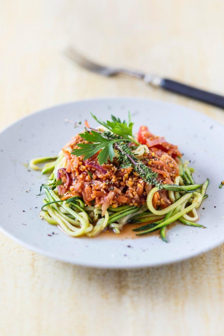Lupine Bolognese mit Zucchini Spaghetti auf weißem Teller