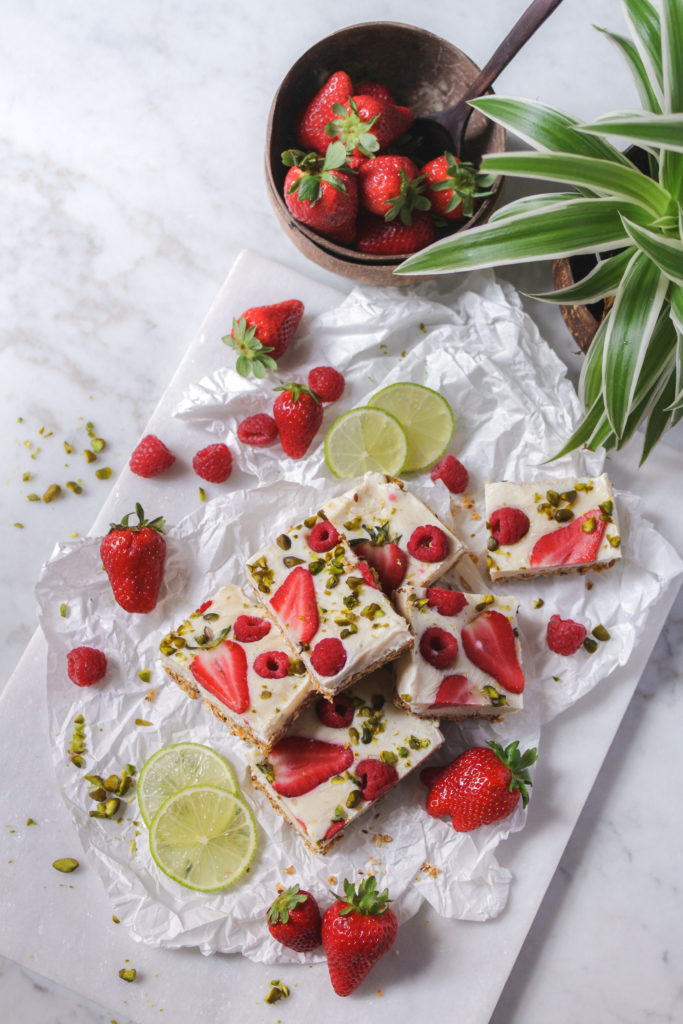 Vegane Joghurt-Schnitten mit Himbeeren und Erdbeeren