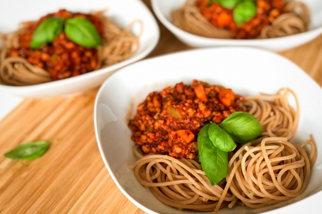 Vegane Spaghetti Bolognese mit frischem Basilikum