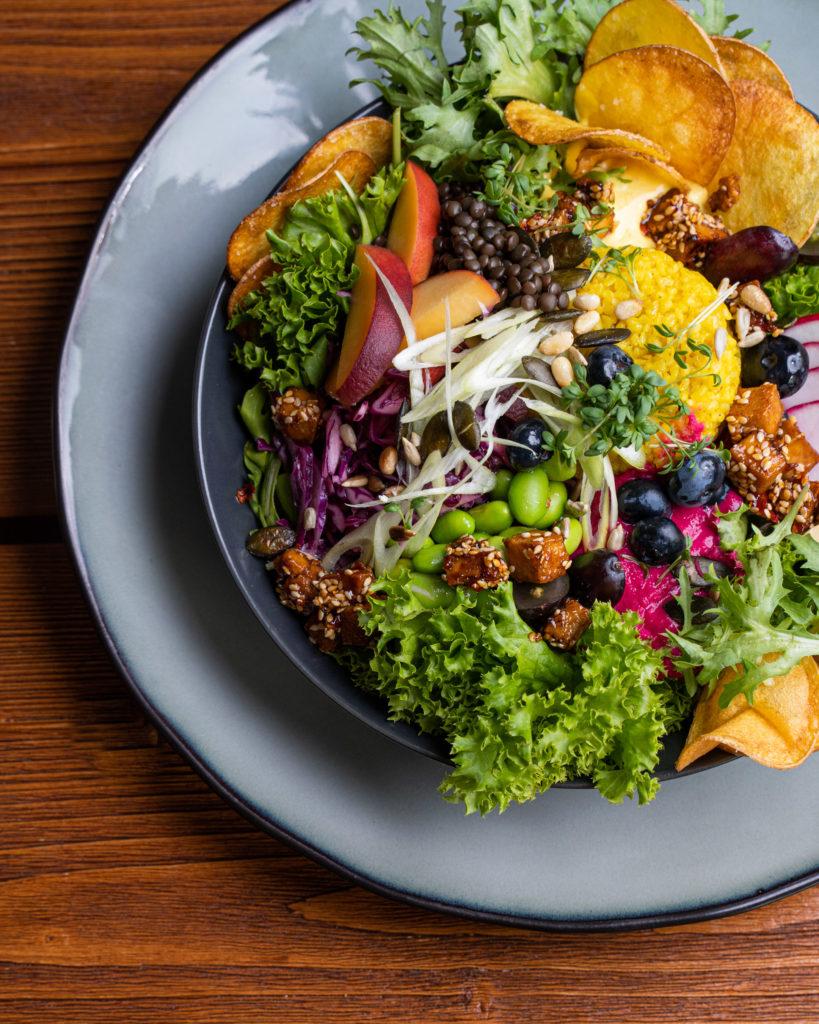 Vegane Sommerbowl mit vielen bunten Toppings