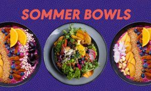 Vegane Sommer Bowls aus Salat, Gemüse, Obst auf lila Untergrund