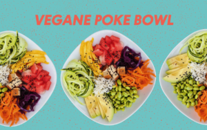 Vegane Poke Powl mit Gurke, Mango, Wassermelone, Edamame, Rotkohl, Karotte, Reis, schwarzem Sesam und Erdnuss Soße auf drei Tellern auf türkisem Untergrund
