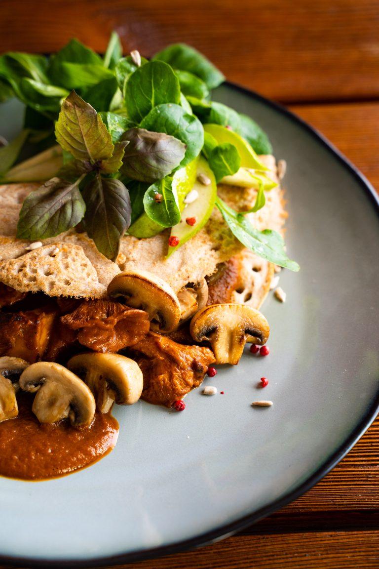Veganer Buchweizenpfannkuchen mit Champignons