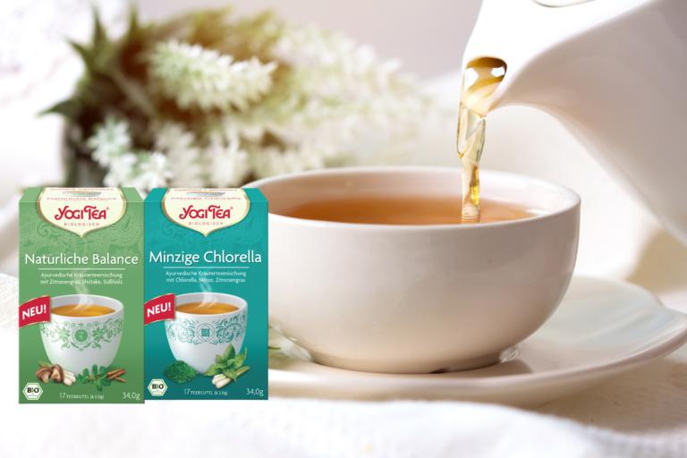 Die beiden Tee Neuheiten von Yogi Tea neben Teetasse und Teekanne