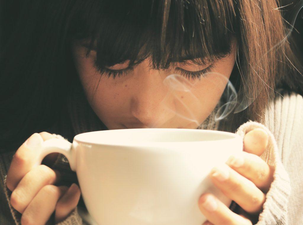 Frau mit Teetasse in der Hand