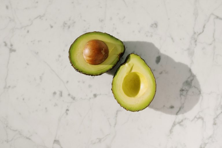 Geteilte Avocado aus Marmorfläche