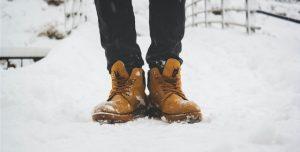 Schuhe im Schnee als Symbolbild für vegane Winterschuhe