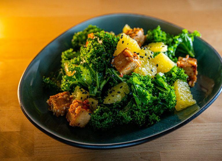 Grünkohlsalat in blauer Schale: Vorspeise aus Drei-Gänge Menü vegan