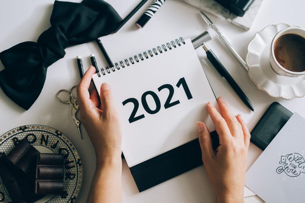 """Kalender, auf dem 2021 steht als Symbolbild für """"Neujahrsvorsatz vegan werden """""""