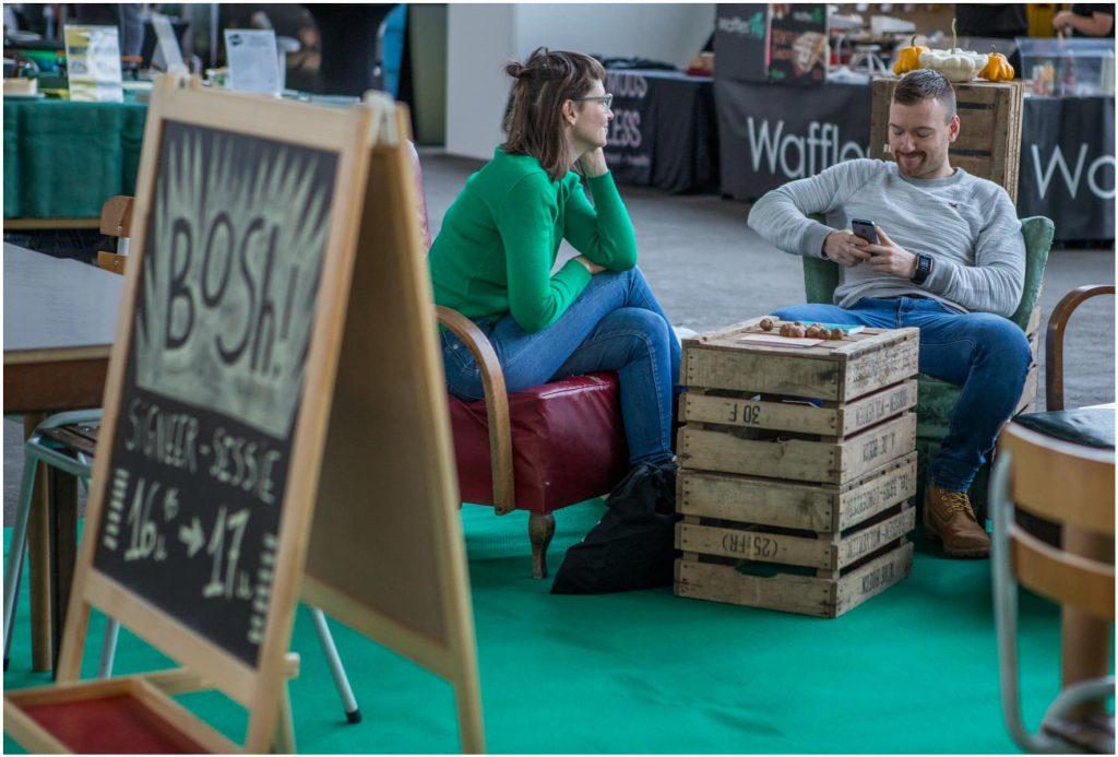 Besucherin sitzt auf Kiste auf der VeggieWorld Brüssel 2019