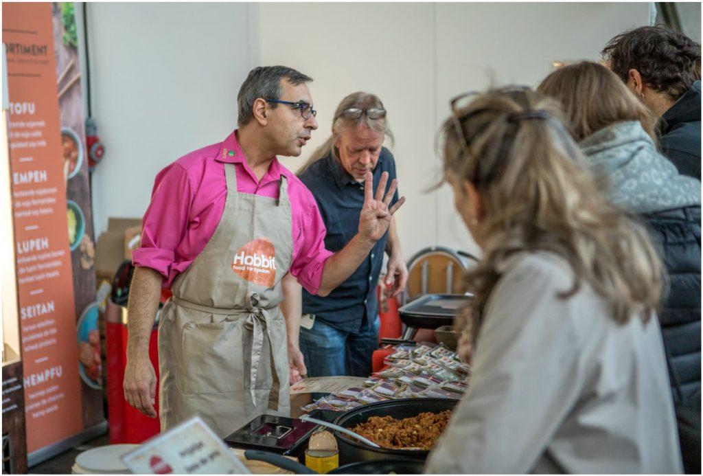 Aussteller mit Fleischersatz aus Lupinen auf der VeggieWorld Brüssel 2019