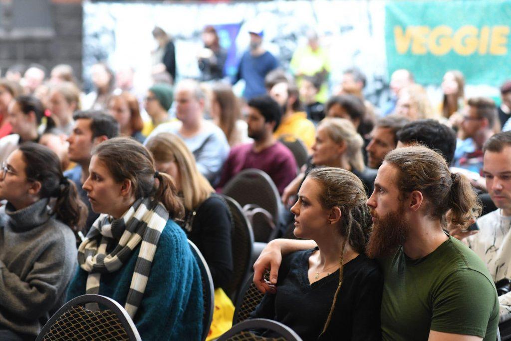 Menschen, die auf der VeggieWorld Berlin 2020 im Publikum an der Bühne sitzen