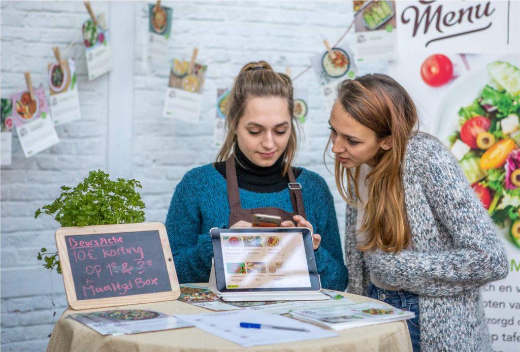 Zwei Ausstellerinnen an ihrem Messestand auf der VeggieWorld Brüssel 2018