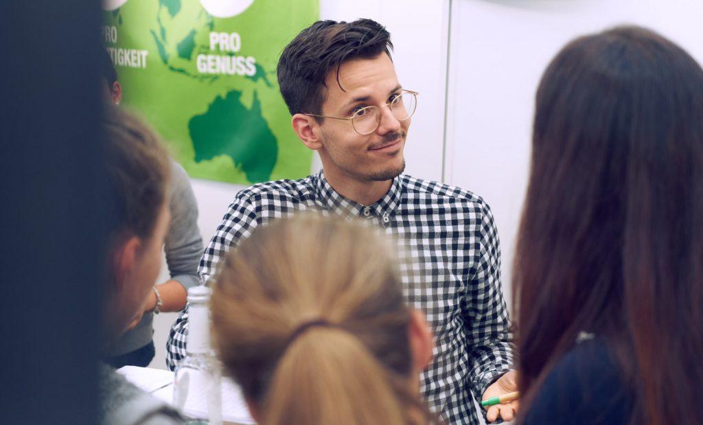 Niko Rittenau am Messestand von ProVeg auf der VeggieWorld Düsseldorf 2018