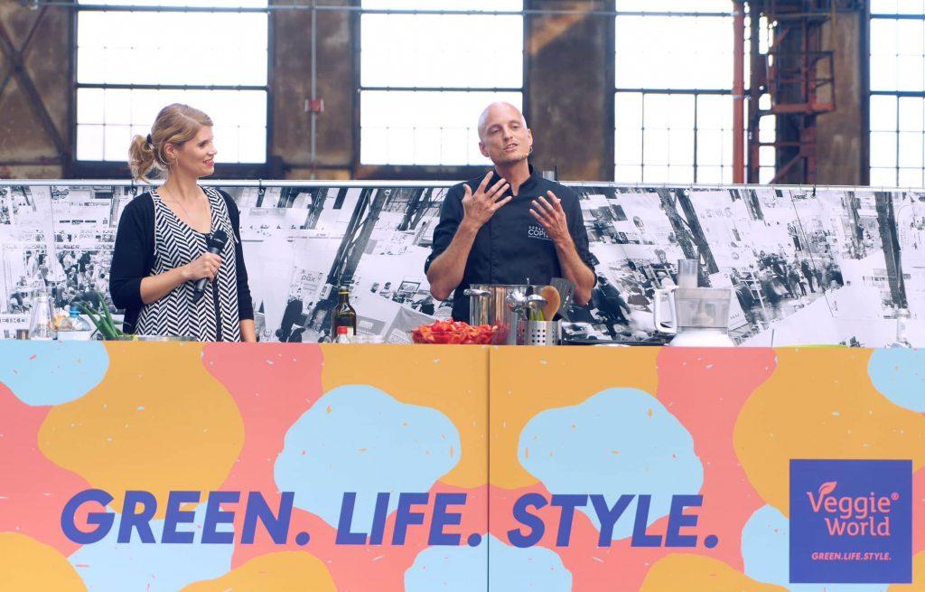 Sebastian Copien auf der Bühne auf der VeggieWorld Düsseldorf 2018