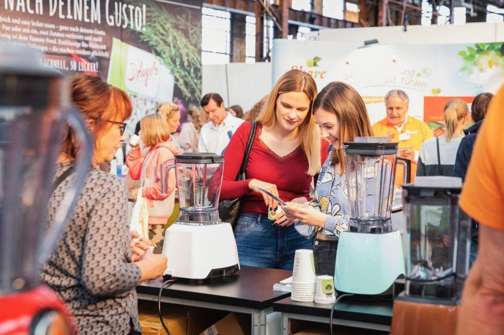 Zwei Besucherinnen informieren sich am Messestand von Bianco auf der VeggieWorld Düsseldorf 2019