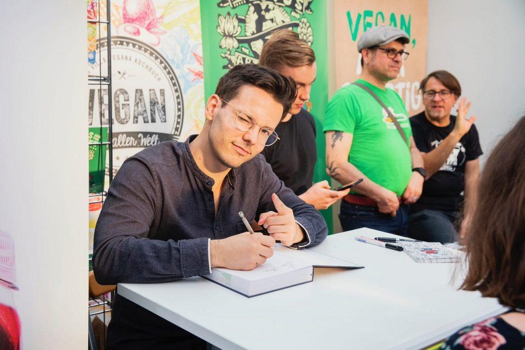 Niko Rittenau signiert Bücher auf der VeggieWorld Düsseldorf 2019