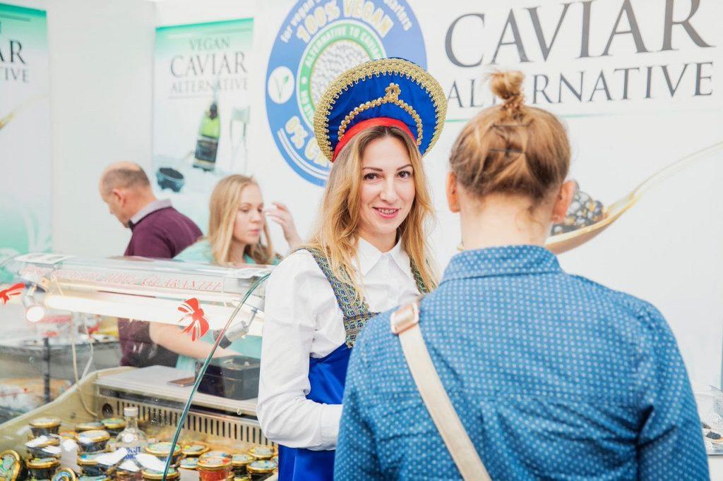 Aussteller mit veganem Kaviar spricht mit Besucher auf der VeggieWorld Düsseldorf 2019