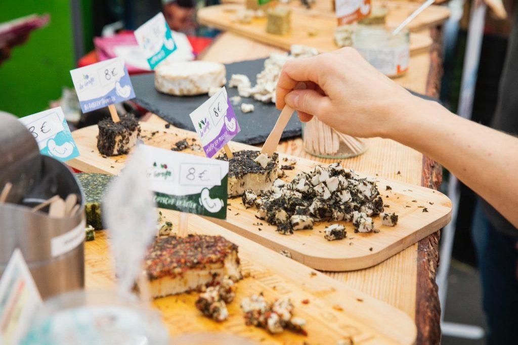 Probierwürfel veganer Käse auf der VeggieWorld Düsseldorf 2019