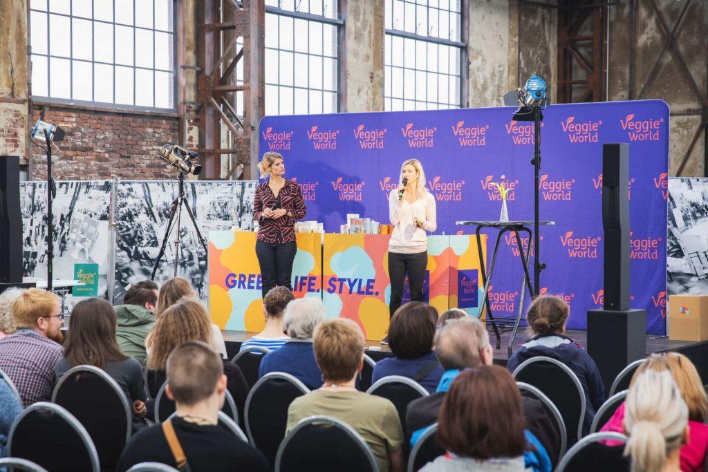 Zwei Frauen auf der Bühne auf der VeggieWorld Düsseldorf 2019