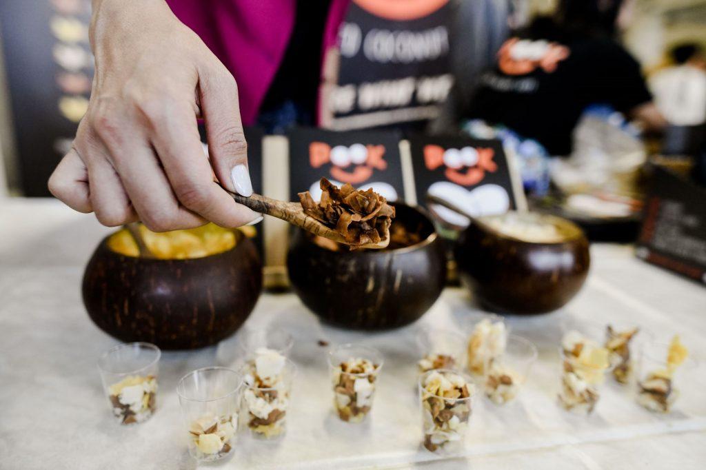 Vegane Kokoschips in drei Schalen zum Probieren an einem Messestand auf der VeggieWorld München 2018