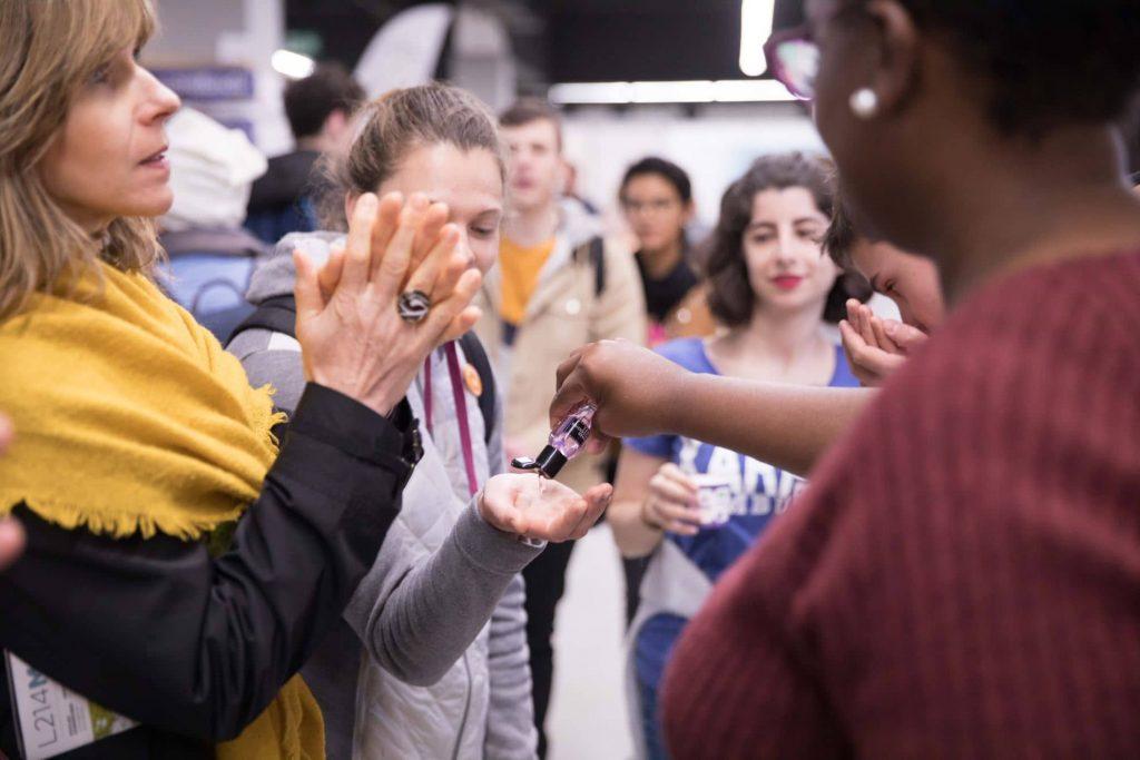 Besucherinnen testen veganes Produkt auf der VeggieWorld Paris 2019
