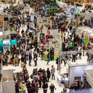 Aufnahme von oben der Ausstellungsfläche der VeggieWorld Wiesbaden 2020 mit vielen Besuchern