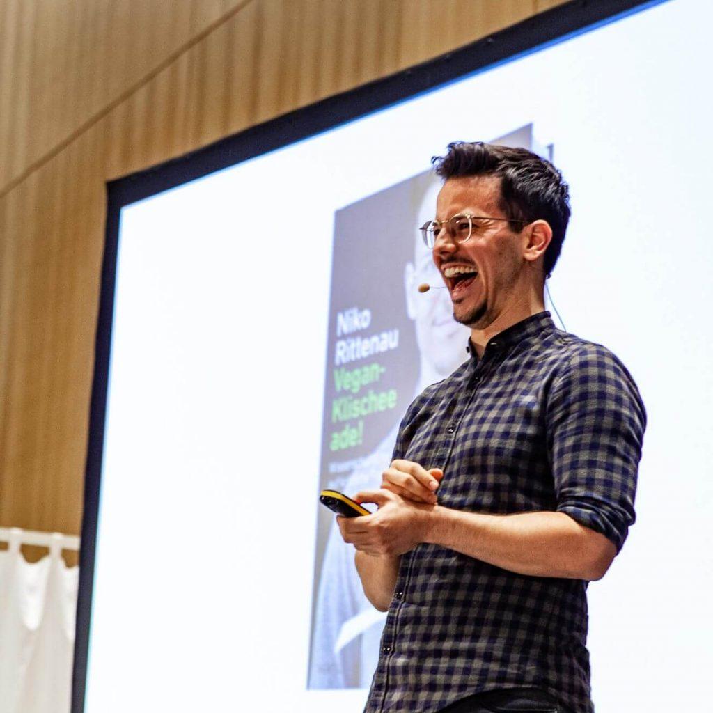 Niko Rittenau bei seinem Vortrag auf der VeggieWorld Wiesbaden 2020