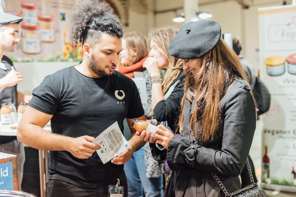 Aussteller spricht mit Besucher auf der VeggieWorld Berlin 2017