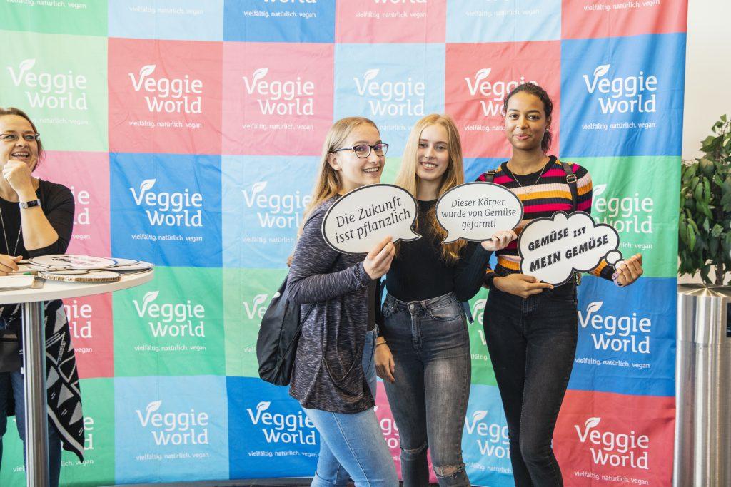 Besucherinnen der VeggieWorld Dortmund 2019 vor der VeggieWorld Fotowand